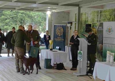Zástupca Poľovníckej komory odovzdáva ocenenie L. Gálovi.